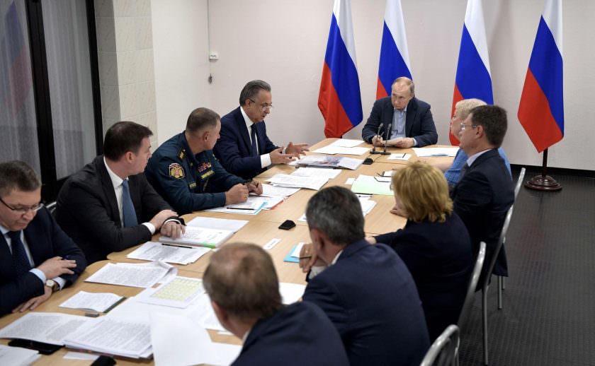 Путин потребовал от чиновников не хамить
