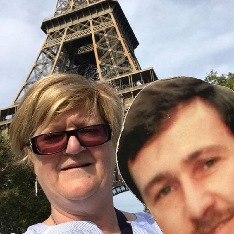 Жена, чей муж умер от рака, сдержала обещание и путешествует по миру с его фото
