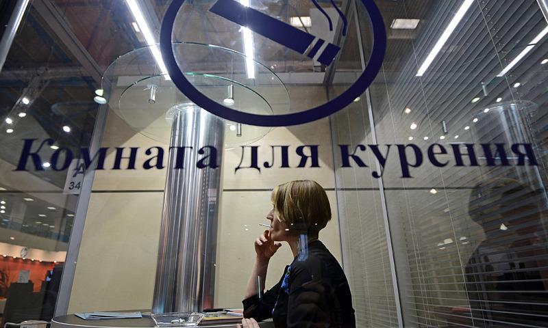Депутаты предложили сделать платный вход в курилки в аэропортах