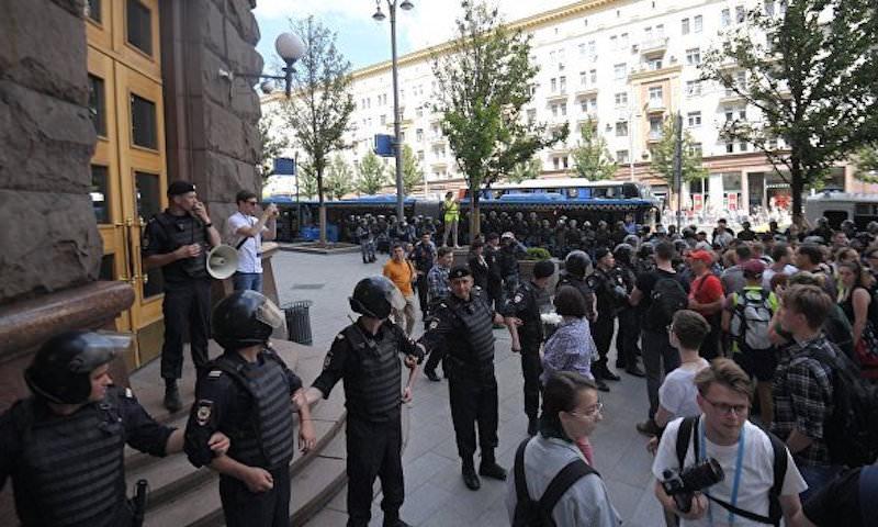 Полиция задержала автобус с оплаченными оппозицией провокаторами для митинга 31 августа