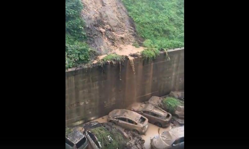 Во Владивостоке из-за ливня произошел потоп, авто накрыло грязевым потоком