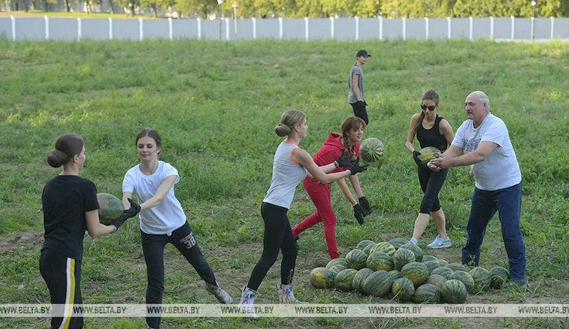 Лукашенко собрал урожай арбузов и красивых помощниц