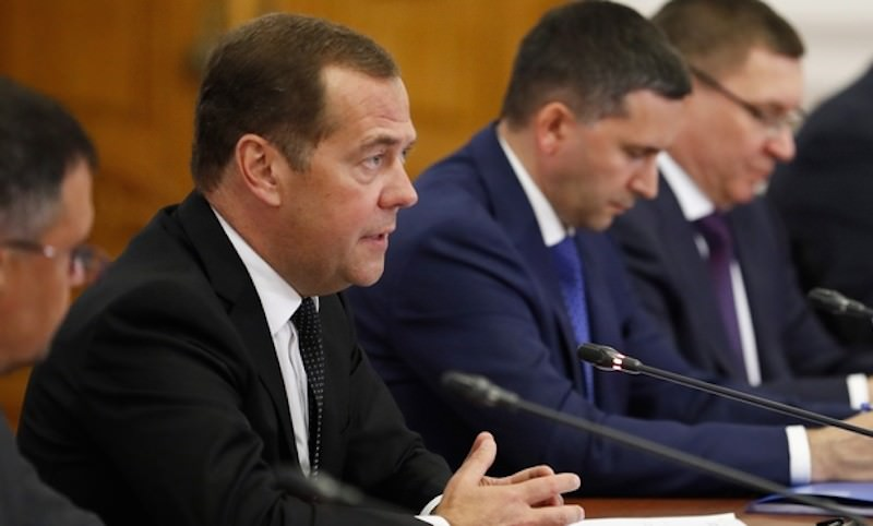 Медведев пригрозил регионам лишением денег из-за Волги