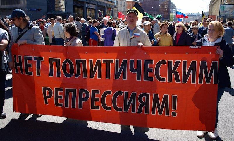 Разбитые машины и едкий дым от шашек стали последствием «прогулки» оппозиции после митинга-концерта в Москве