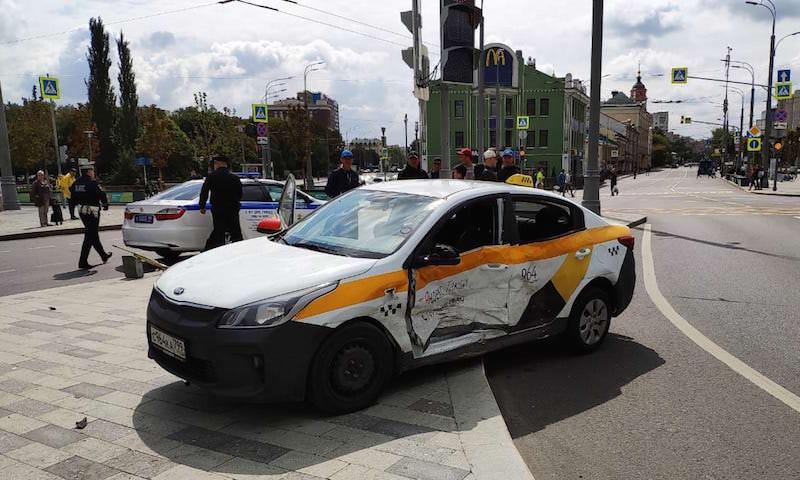 """В водителя """"Яндекс. Такси"""" въехал патруль ДПС в центре Москвы"""