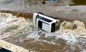 «Всё, деда спасли!»: в Приморье авто с водителем смыло бурным потоком