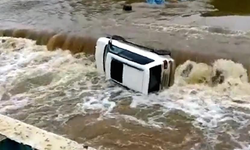 """""""Всё, деда спасли!"""": в Приморье авто с водителем смыло бурным потоком"""