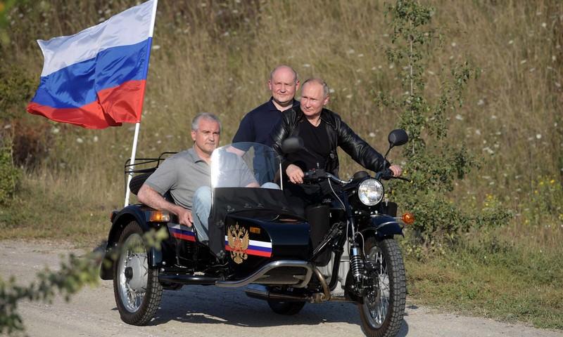 ГИБДД отказалась штрафовать Путина за езду на мотоцикле без шлема