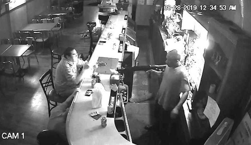 """""""Я женат на стерве"""": посетитель бара не испугался вооруженного грабителя"""