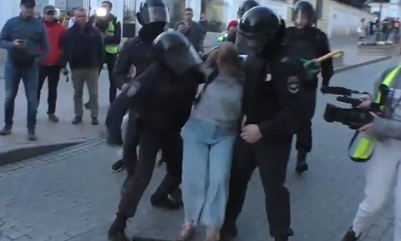 За информацию о полицейском,  ударившем женщину в печень, пообещали 100 тысяч рублей