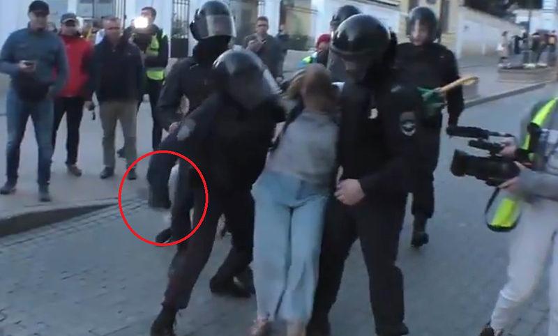 Предположительно установлена личность полицейского, ударившего женщину в живот на митинге