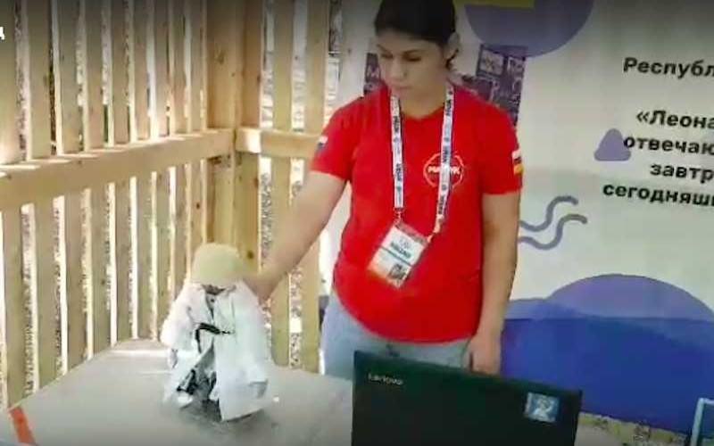 Рогозину показали робота-кавказца, танцующего лезгинку