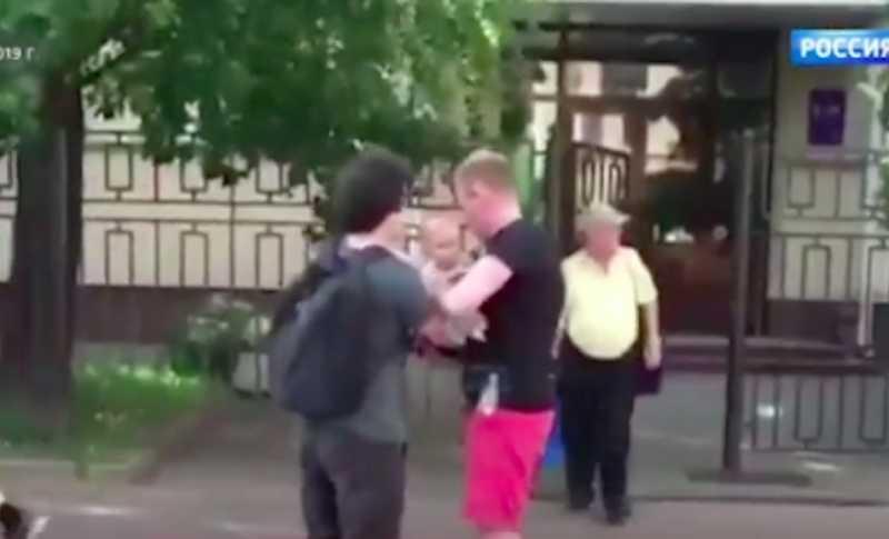 Прокуратура требует отнять ребенка у супружеской пары, пришедшей на митинг