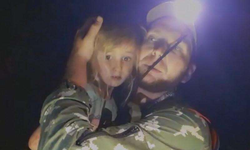 «Привет, моя хорошая, мы тебя спасли». В лесу нашли пятилетнюю девочку после трех дней поиска