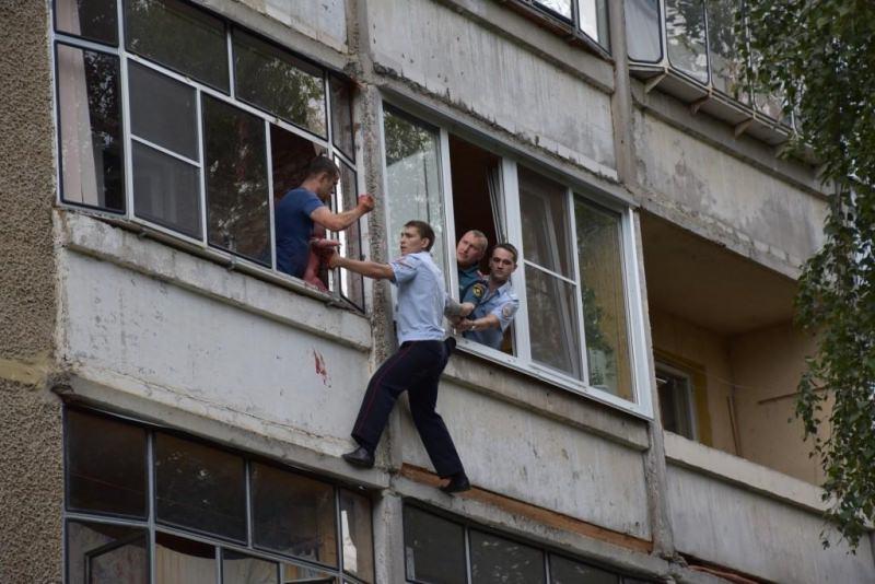 Полицейские спасли малышку, которую пьяный отец грозился выбросить из окна