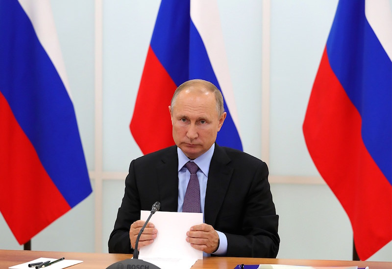 Минздраву досталось от Путина за попытки экономить за счет зарплат санитарок