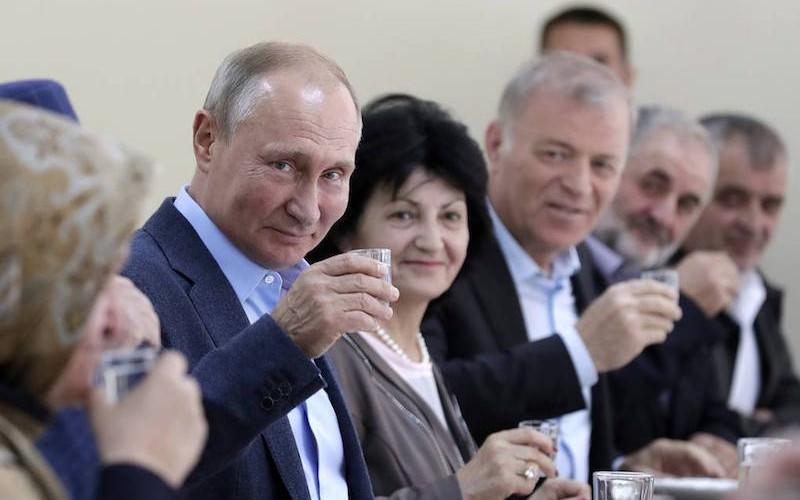 Путин в Ботлихе выпил водки