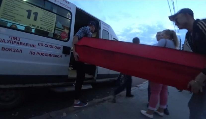 Москвичи с красным гробом в трамвае напугали жителей Челябинска
