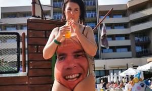 Папа подарил дочери необычный купальник, чтобы отпугнуть ухажеров