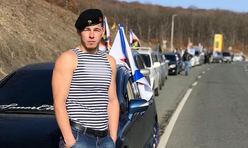Морпех спас утопающего во время шторма мужчину на пляже во Владивостоке