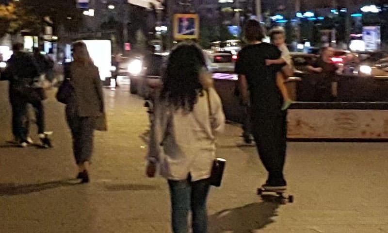 Мужчину на скейте с ребенком на руках сняли на видео прохожие в центре Москвы