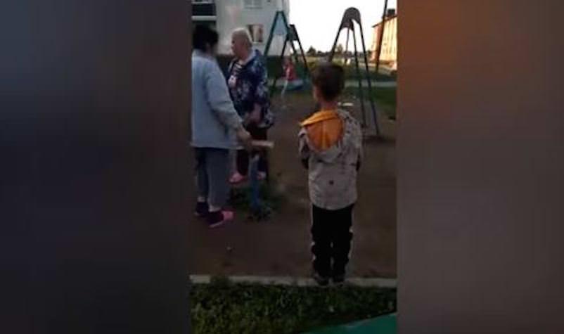 А чтоб не скрипели: агрессивные бабульки спилили детские качели во дворе