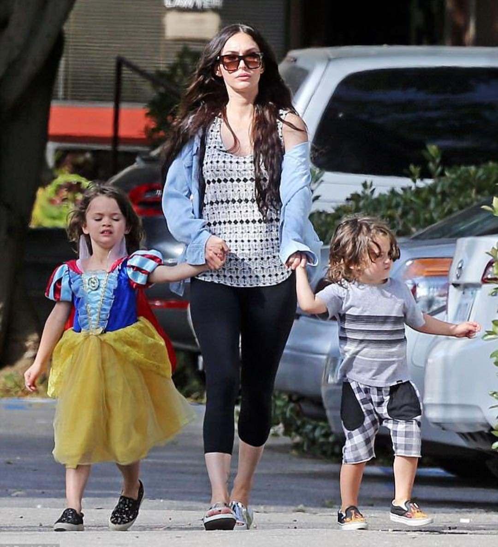 Меган Фокс призналась, что над ее сыном издеваются в школе из-за любви к платьям