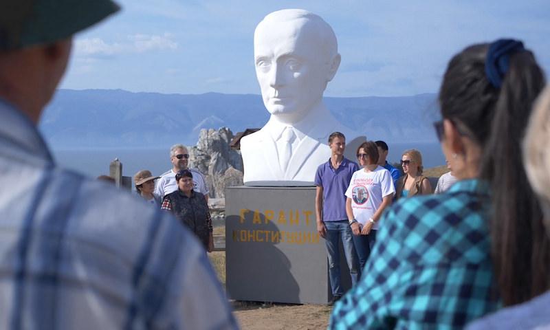 На Байкале жители установили бюст Путина, чтобы жаловаться ему на проблемы