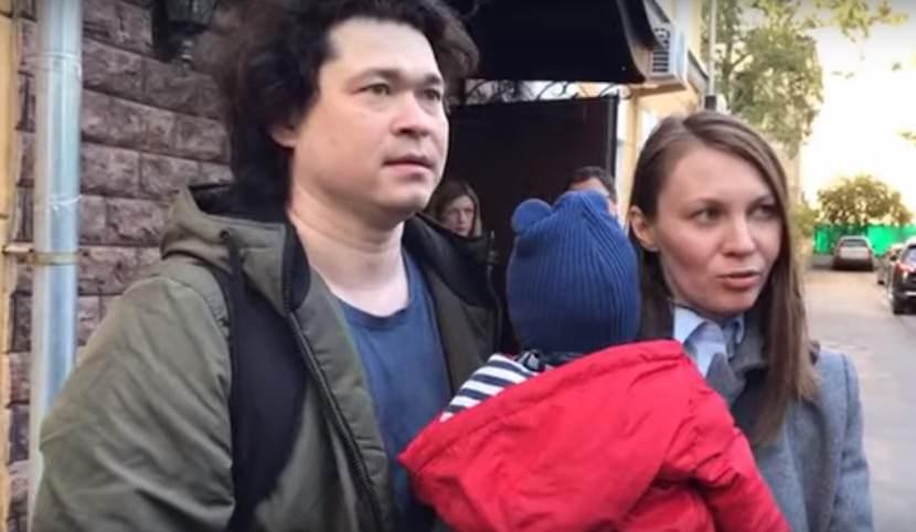 Суд отказался лишать родительских прав родителей, взявших на незаконную акцию малышей
