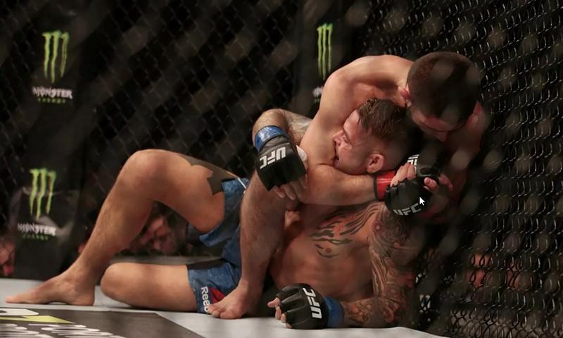 Нурмагомедов победил Порье в титульном бою UFC