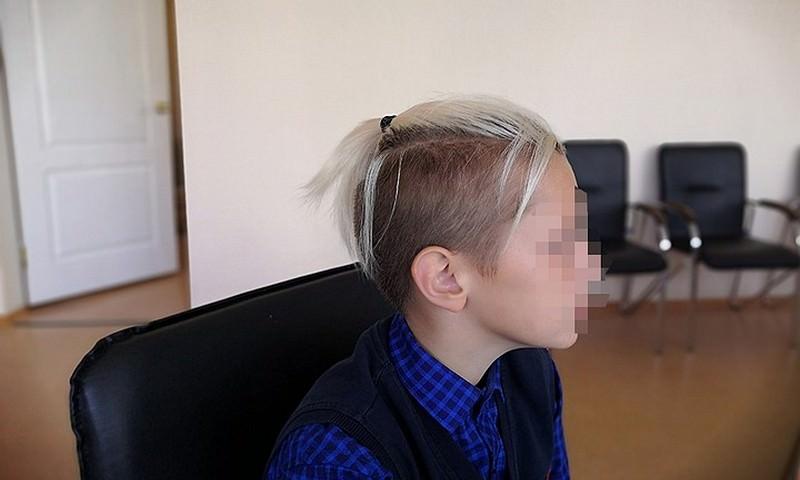 Российского школьника захотели отстранить от занятий из-за прически