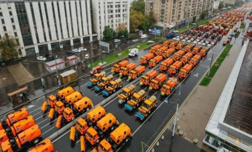 """""""Совсем офигели"""": москвичей шокировал парад коммунальной техники"""