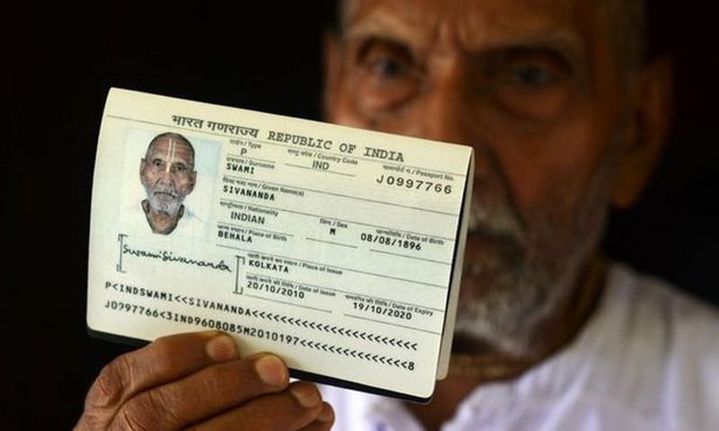 Сотрудники аэропорта не могли поверить глазам, взяв паспорт 123-летнего старика