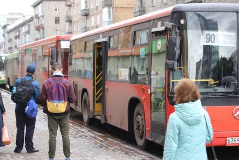 Парень в автобусе отказался уступать место беременной, и у нее накипело