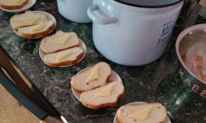 В детсаду малышей накормили очень «бюджетным» бутербродом
