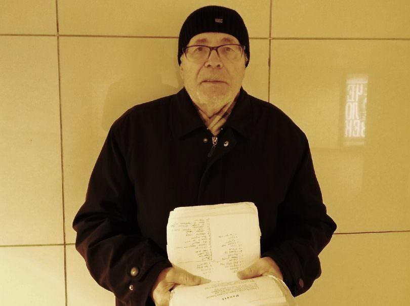 Поэт-блокадник зарабатывает деньги на лекарства чтением стихов в переходе
