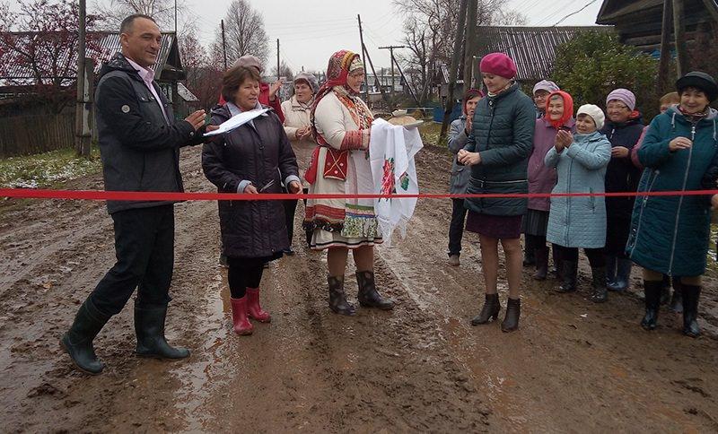 В селе Жувам торжественно открыли отремонтированную дорогу в грязи по щиколотку