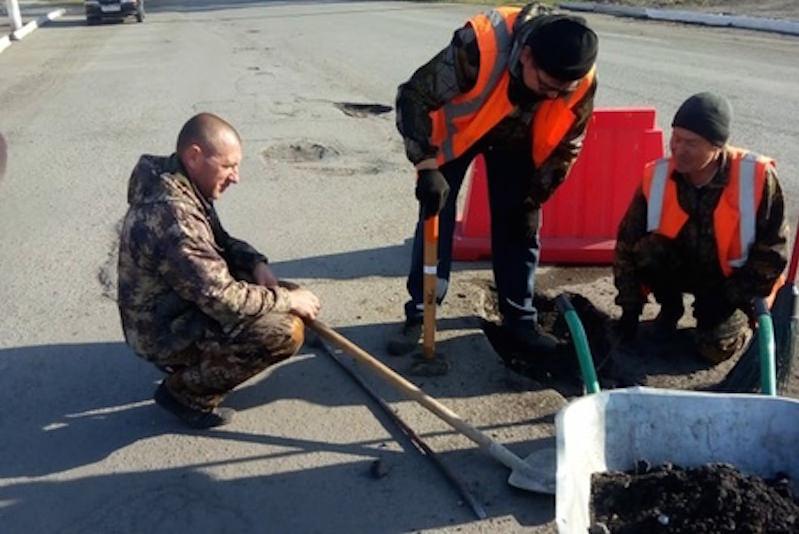 Курганские чиновники сами отремонтировали дороги после того, как не нашли рабочих