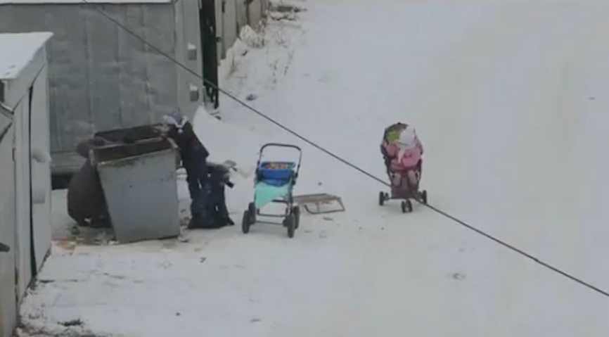 Россияне решили помочь женщине с четырьмя детьми, искавшую еду в мусорке