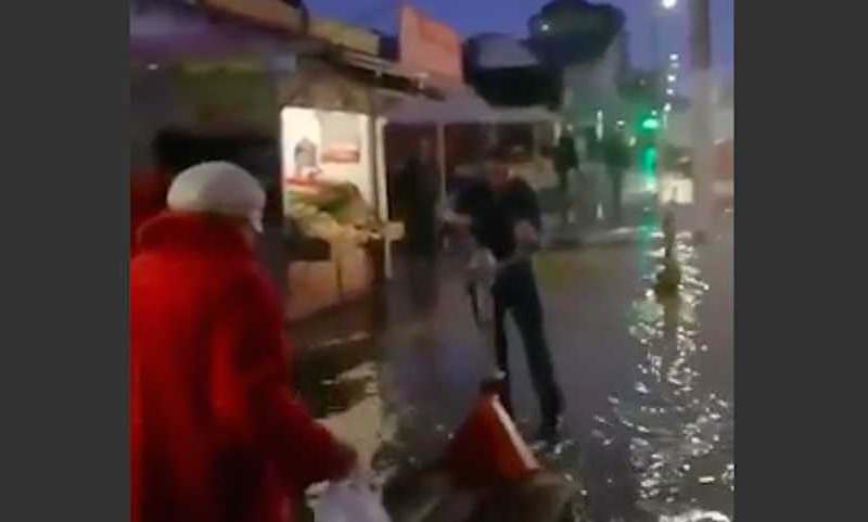 Галантный грузчик в Анапе перевозил людей через лужи