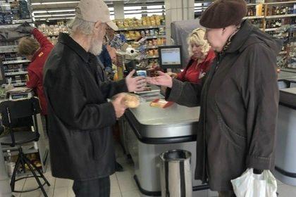 Пенсионеру отказались продать хлеб за копейки