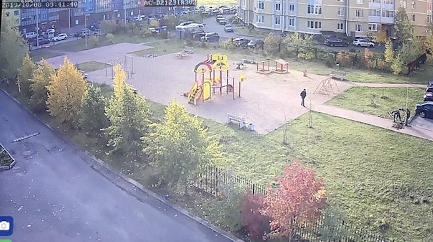 Не положено: администрация снесла детскую площадку, которую построили жители на свои деньги