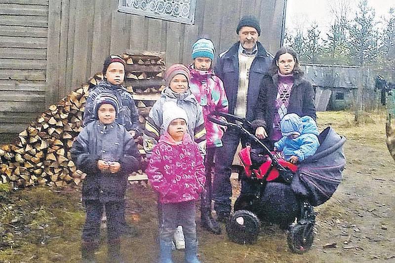Многодетная семья сбежала из дома, чтобы государство не отняло детей из-за нищеты