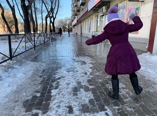 Катки на дорогах, задержка самолетов и автобусов: последствия ледяного дождя в Приамурье