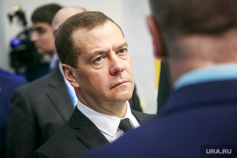Чиновник, решивший утилизировать два портрета Медведева, лишился работы