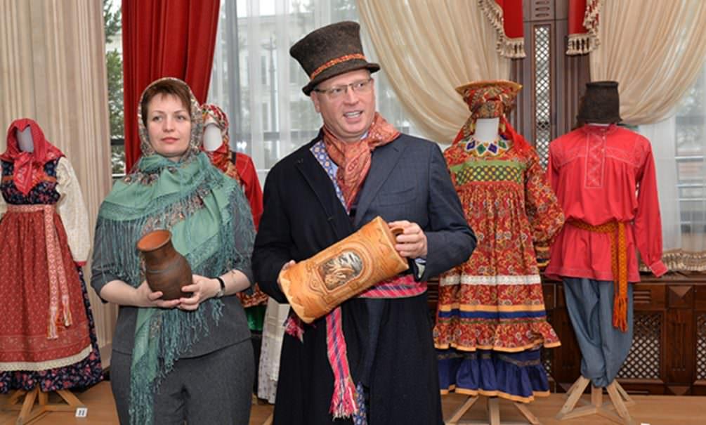 В День народного единства в Омске мэр и губернатор переоделись в сибирских крестьян