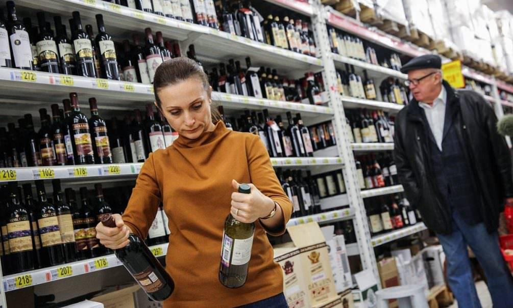 Пока часы 12 бьют: российское вино предложили продавать до полуночи