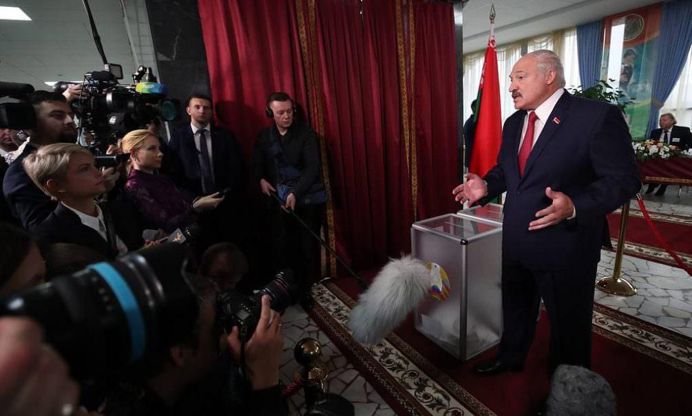 «Я посиневшими пальцами за кресло держаться не буду»: Лукашенко снова собрался на выборы