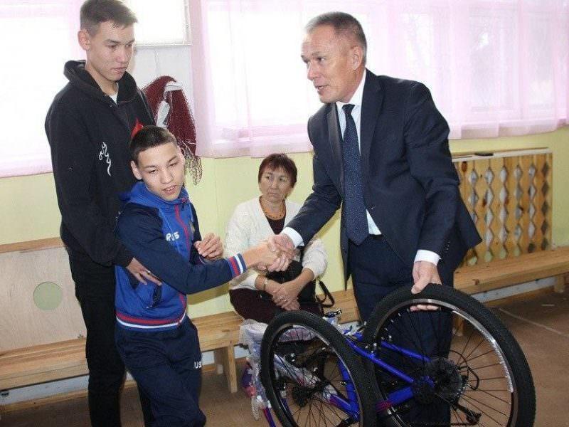 В Башкирии чиновники подарили ребенку с ДЦП велосипед