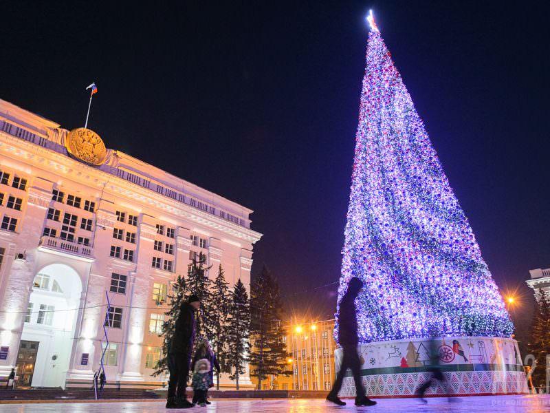 В Кемерове установили елку в три раза дороже Кремлевской